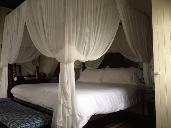 Strawberry Hill: Roomy and romantic four-poster bed