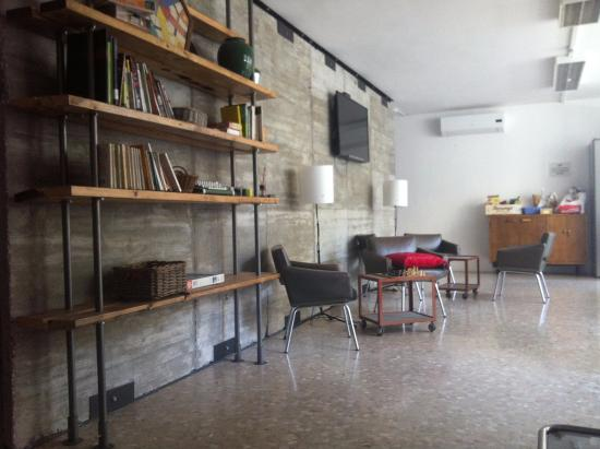 Jam Hostel Barcelona: Kitchen/seating Area