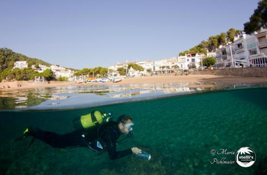 Tamariu, Spanien: Hausriff in der Bucht