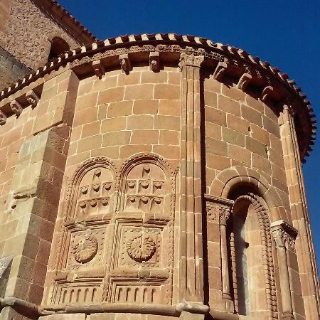 Detalle del ábside de la iglesia románica de San Juan de Rabanera ...