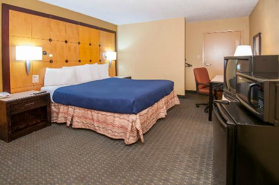 Quality Inn & Suites: King size bedroom