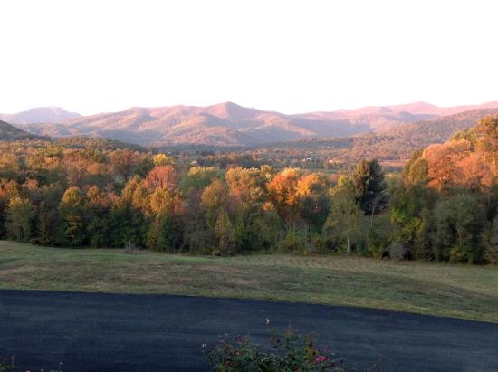 Harmony Manor Bed & Breakfast: Autumn Mountain View