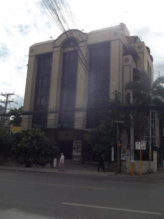 West Gorordo Hotel Cebu : across street pic.