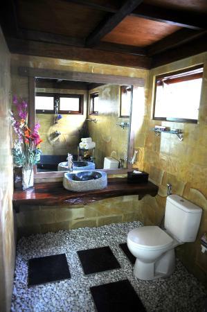 Pipe Dream Villas Resort: Stone Floor Therapy Massage Bathroom