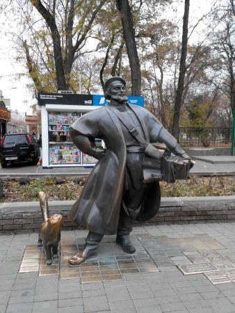 Скульптурная композиция Купец-коробейник и его кот