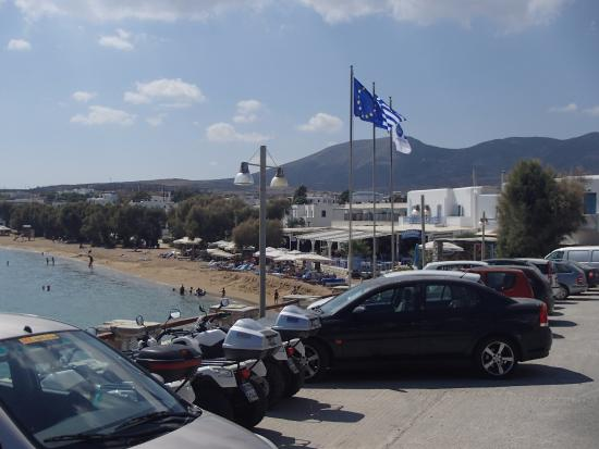 Schinoussa, Grekland: Car Park Above Beach
