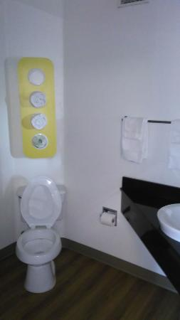 Motel 6 Page: Bathroom