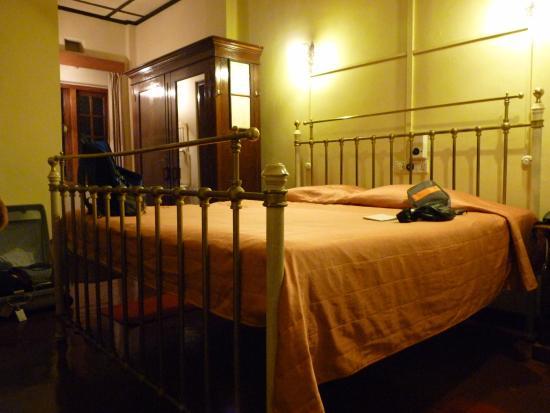 Bandarawela Hotel: Het hoge bed