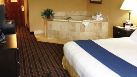 Stony Brook, NY: Enjoy some time in the jacuzzi in the comfort of your own room!