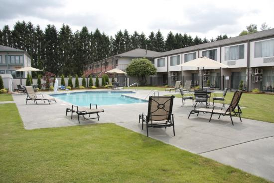 BEST WESTERN College Way Inn: Courtyard Area with Pool & Hot Tub