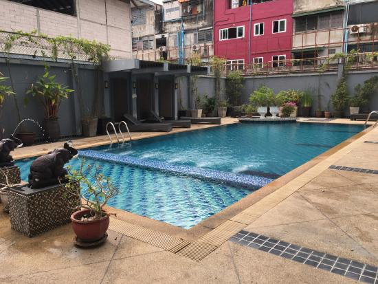 Hotel Selection Pattaya : Swimming Pool at the back of the hotel (surrounding by old buildings)