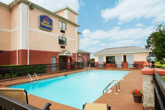 Best Western Augusta West: Relax at our pool, enjoy the BBQ grill!