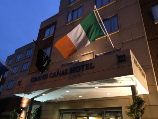 Grand Canal Hotel: Вид на вход в отель