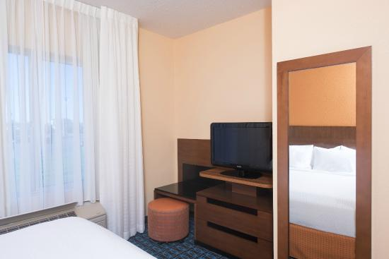 Fairfield Inn & Suites Columbus East : Whirlpool Suite Bedroom