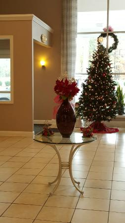 Quality Inn & Suites : Christmas Lobby