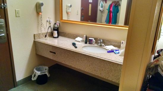 La Quinta Inn Toledo Perrysburg: Sink/dressing counter