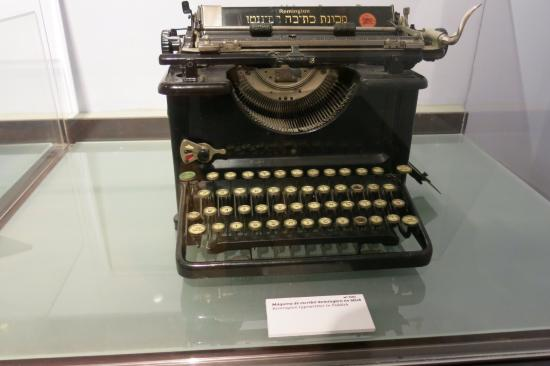 Jewish Tours: yiddish typewriter