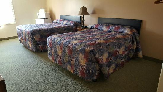 Eagle's Lodge Motel: A peek inside a room with 2 queen size beds.