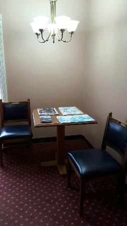 Eagle's Lodge Motel: A place to sit and relax while you browse maps & brochures.