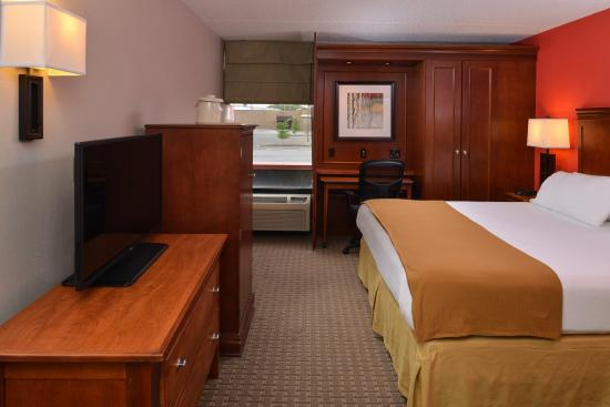 Crestwood, IL: Relax in our King room.