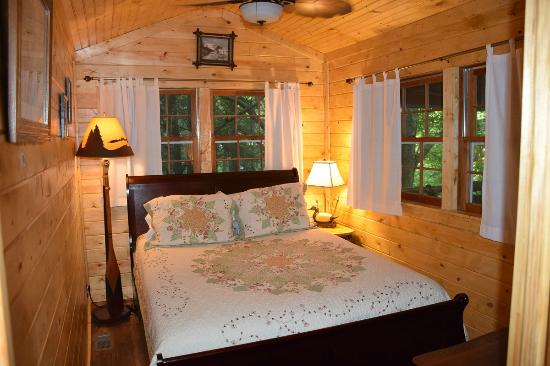 Long Mountain Lodge: Waterfall Cottage queen BR also has a private full bath