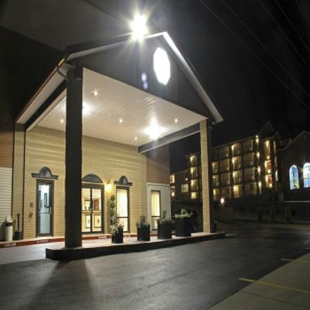 Grand View Inn & Suites: Hotel Entrance