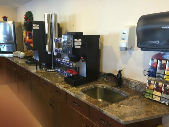 Americas Best Value Inn Grand Forks: Breakfast Area