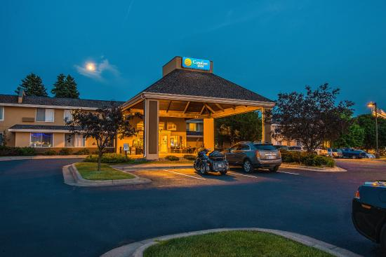 Comfort Inn West: Night view of hotel