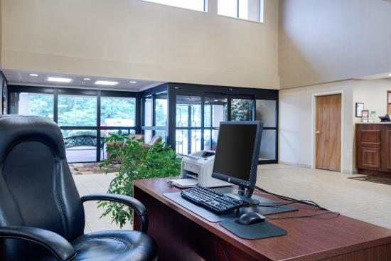 Comfort Inn & Suites: Business Center