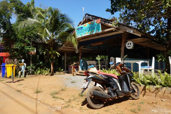 Koh Mak Restaurant Food Art Hut & German Bakery: restaurant / road view