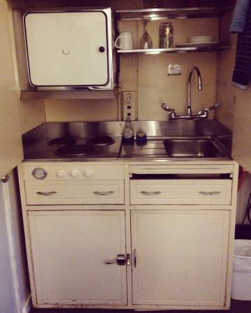 Deane's Oceanfront Lodge : Love the vintage kitchenette!