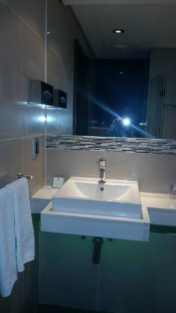 Holiday Inn Johannesburg-Rosebank: Neat bathroom