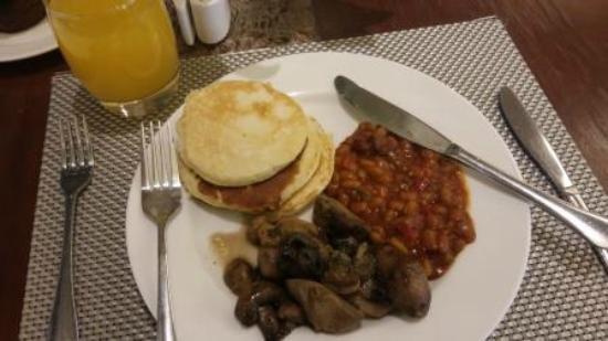 Holiday Inn Johannesburg-Rosebank: Nice breakfast - buffet service!
