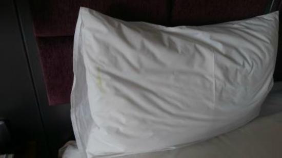 Holiday Inn Johannesburg-Rosebank: Stained sheets / pillow