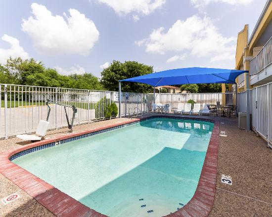 Econo Lodge Inn & Suites Downtown Northeast: Pool