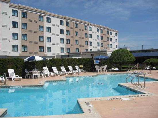 Holiday Inn Hasbrouck Heights: Seasonal      Outdoor Pool