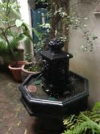 27 State Street Bed and Breakfast : Courtyard water fountain