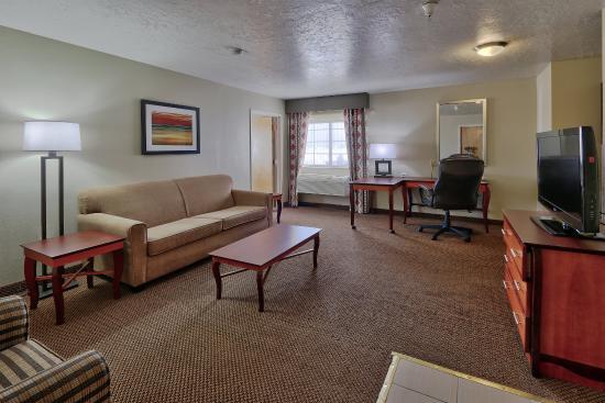 Holiday Inn Hotel & Suites Albuquerque Airport - Univ Area: Albuquerque Hotel Suite Living Room