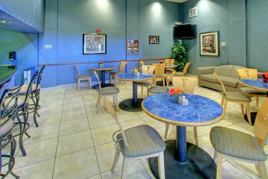 Holiday Inn Hotel & Suites Albuquerque Airport - Univ Area: Albuquerque Hotel Vertigo Bar and Lounge