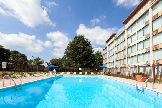 Weirton, Batı Virjinya: Catch Some Rays at our Outdoor Pool Open Memorial Day Weekend.