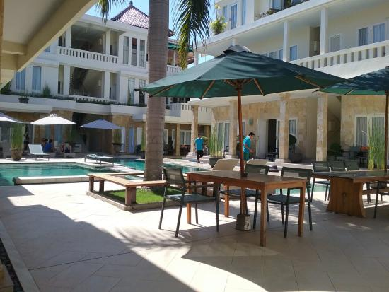 Bali Court Hotel and Apartments: hotel site pool