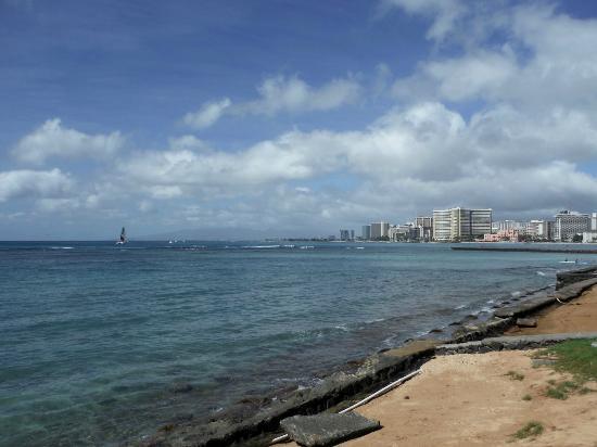 Sans Souci Beach Park: Looking toward Waikiki