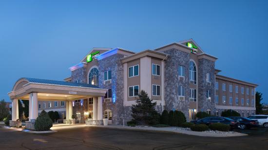 Holiday Inn Express & Suites Saginaw : Hotel Exterior Night