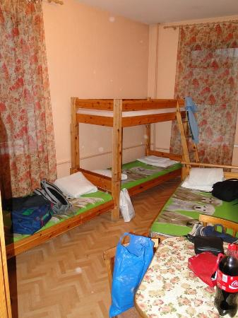 Elizabeth's Youth Hostel: 6-bed room without any comfort :)