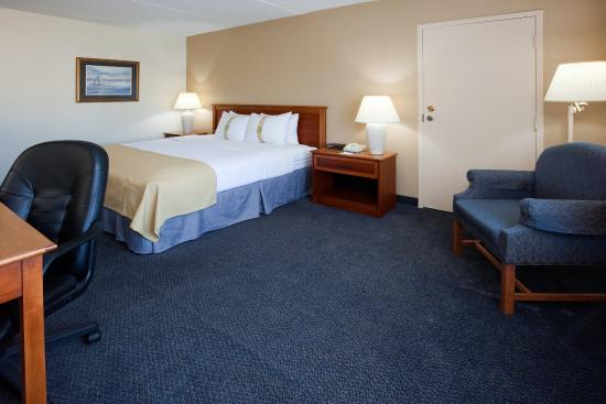 Port Washington, WI: King Bed Guest Room