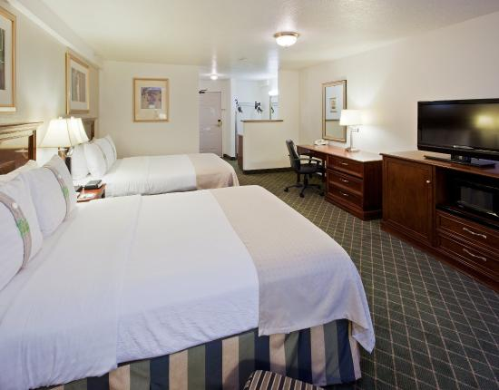 Holiday Inn Hotel and Convention Center: Holiday Inn Hotel - Redding, CA - Two Queen  Room