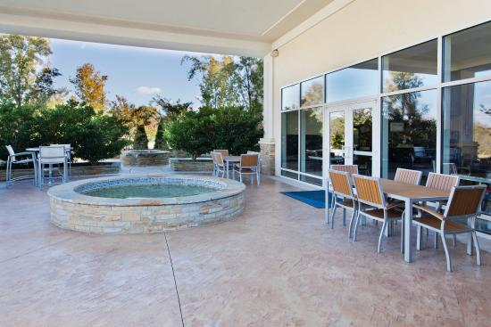 Holiday Inn Express & Suites: Relax on our Guest Patio