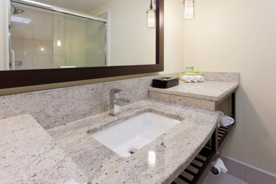 Holiday Inn Express & Suites: Spacious Guest Bathroom