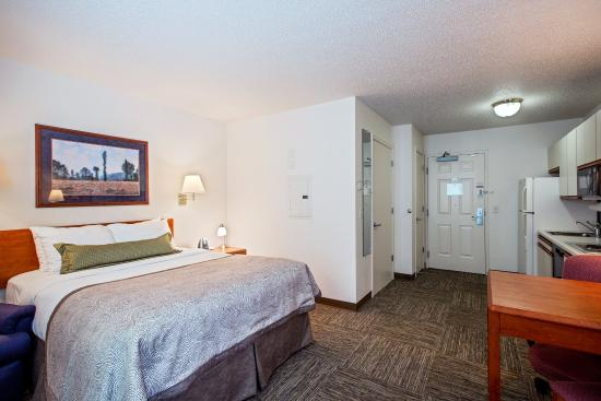 Candlewood Suites Appleton: Queen Bed Guest Room