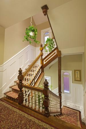 Victoria's Mansion Guest House: Stairway